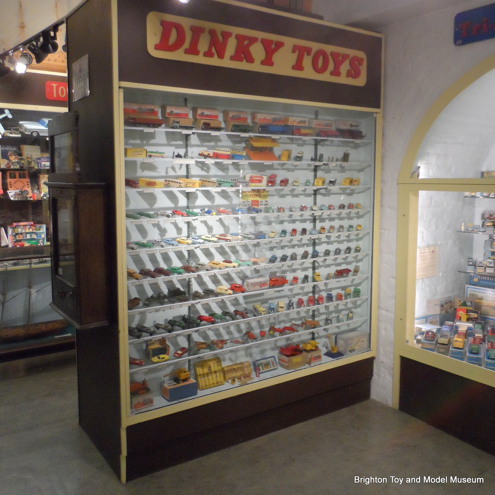 Dinky Toys Cabinet, Refresh
