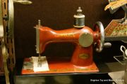 Miniature sewing machine (Orscha).jpg