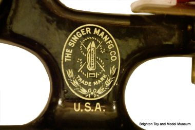 "Detail of the gold ""Singer Manufacturing Company"" trademark"